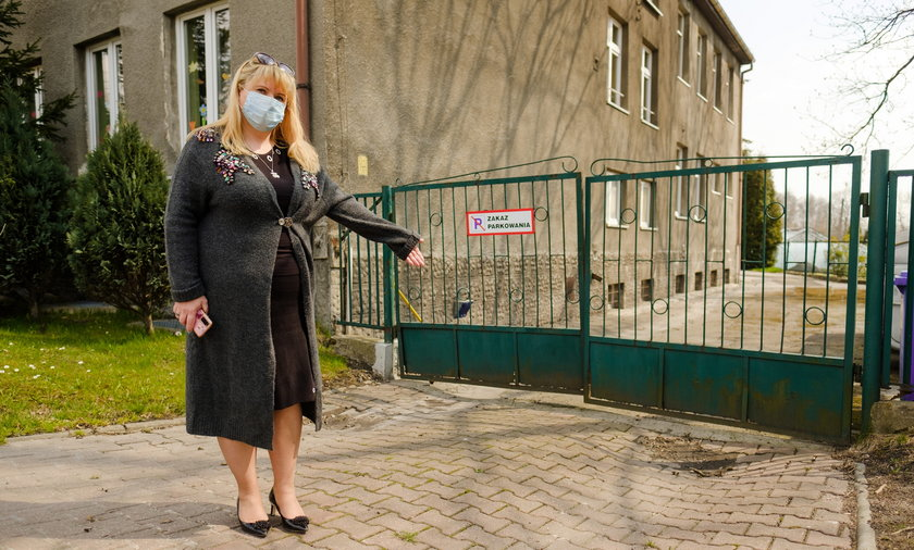 Katarzyna Ługowska, dyrektorka Zespołu Szkolno-Przedszkolnego nr 3 w Mysłowicach pokazuje zapadający się grunt pod starą szkołą z powodu szkód górniczych.