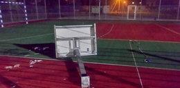 Tragedia na boisku szkolnym. Kosz przygniótł 22-latka