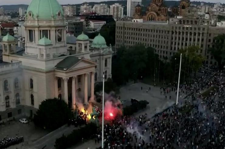 Protesti, Skupština, baklje