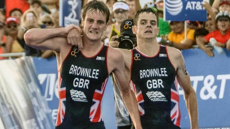 Mógł wygrać, ale wolał pomóc bratu. Piękne obrazki w triathlonie