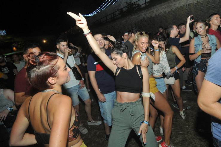 Novi Sad 028 atmosfera ljudi Latino stage  EXIT drugi dan foto Robert Getel
