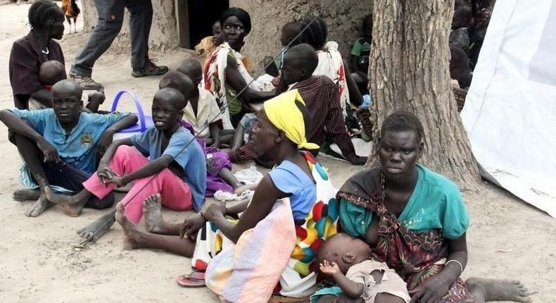 Residents displaced due to the recent fighting between government and rebel forces in the Upper Nile capital Malakal wait at a World Food Program (WFP) outpost where thousands have taken shelter in Kuernyang Payam, South Sudan May 2, 2015. REUTERS/Denis Dumo
