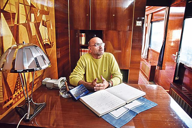 Nekadašnji gardista Goran Kuzmanović u Titovom radnom kabinetu