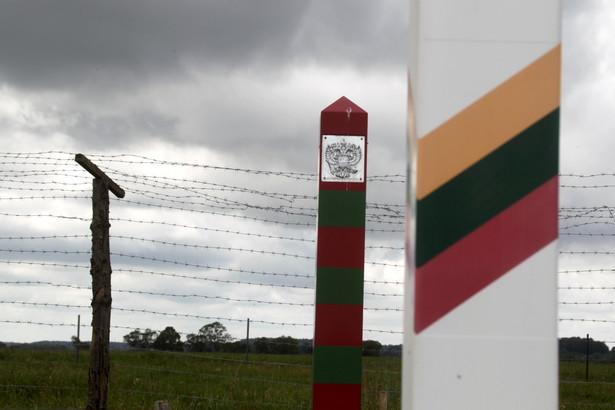 W poniedziałkowej ceremonii inaugurującej budowę pierwszego, długiego na 44,6 km odcinka ogrodzenia uczestniczył minister spraw wewnętrznych Litwy Eimutis Musiunas. fot. EPA / VALDA KALNINA Dostawca: PAP / EPA.