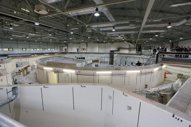 Laboratorium umieszczone jest w hali o powierzchni 3 tys. mkw. Na środku znajduje się specjalnie skonstruowany pierścień o obwodzie 96 metrów, po którym będą poruszać się elektrony. fot. (zuz) PAP/Stanisław Rozpędzik