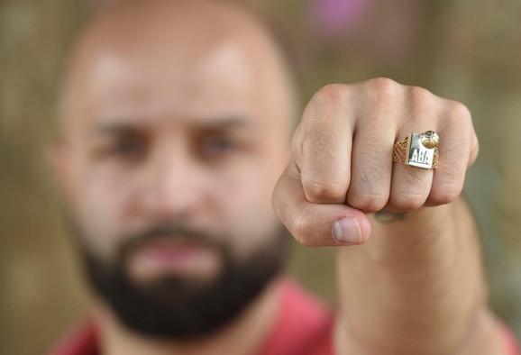 Filip Čović sa šampionskim prstenom ABA lige