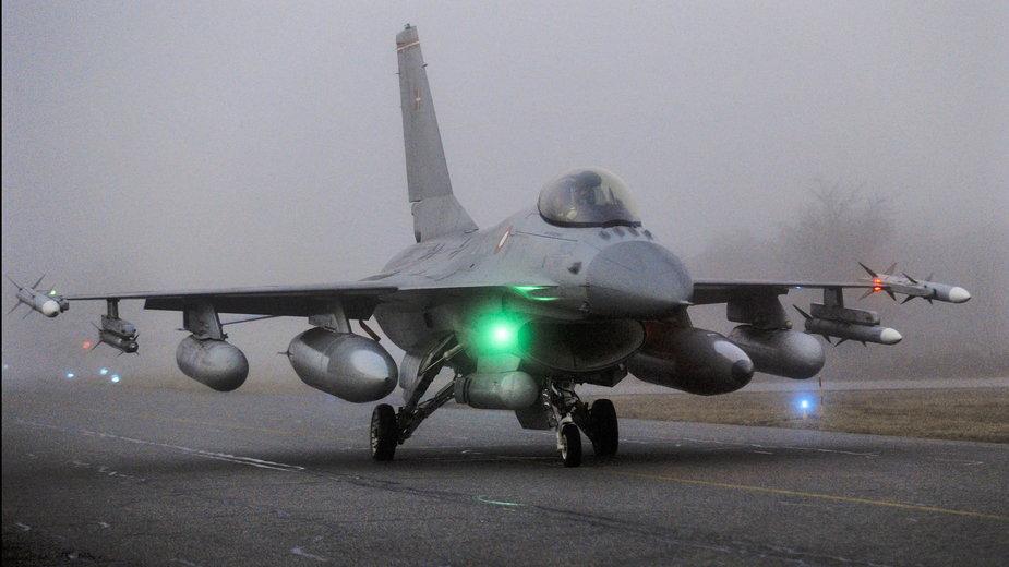 Myśliwiec F-16 na płycie lotniska w Danii