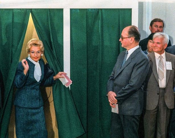 Wybory 1989. Jaruzelski z żoną Barbarą / Fot. Chris Niedenthal