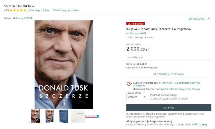Z kolei Donald Tusk oferuje swoją książkę z autografem