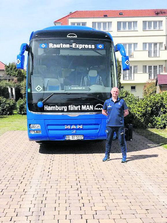 Zoran Šuka ispred autobusa HSV-a