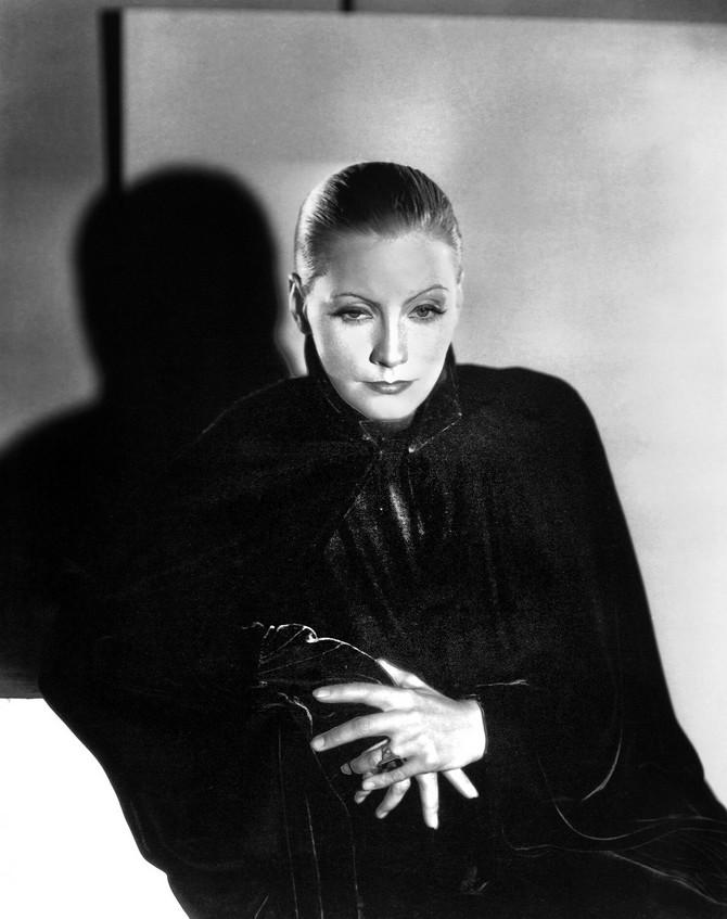 Simbol holivudskog glamura, glumica Greta Garbo crnu rolku nosila je poput aristokratkinje, uz skupljenu kosu