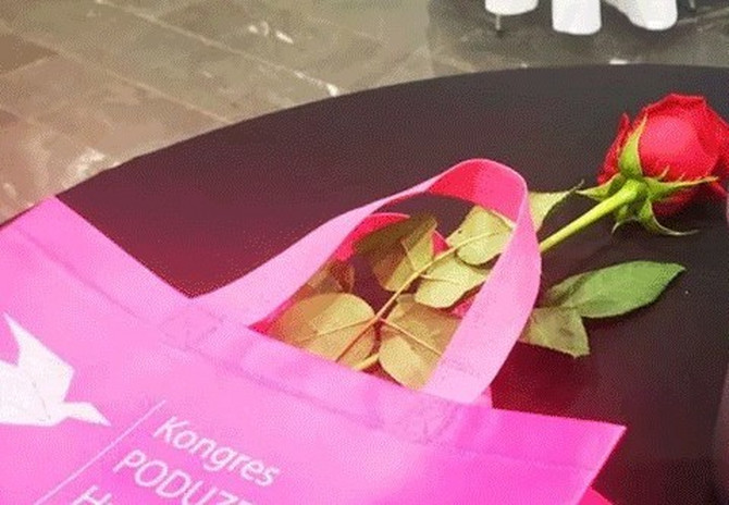 Na kongresu preduzetnica žene su dobile ružu i ovaj APSOLUTNO NEPRIKLADAN POKLON