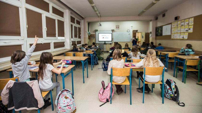 """Sondaż """"RP"""": Polacy chcą powrotu wszystkich dzieci do szkół"""