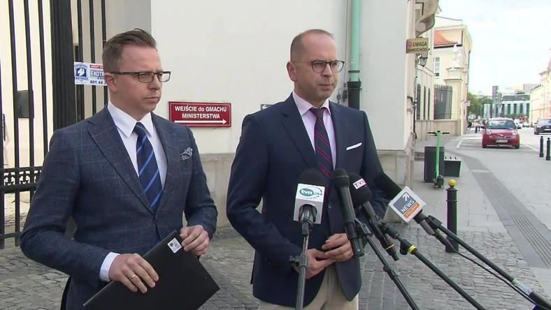 Posłowie Dariusz Joński i Michał Szczerba (KO)