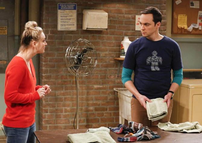 """Kejli Kvoko i Džim Parsons, čuveni Šeldon, u seriji """"Štreberi"""""""