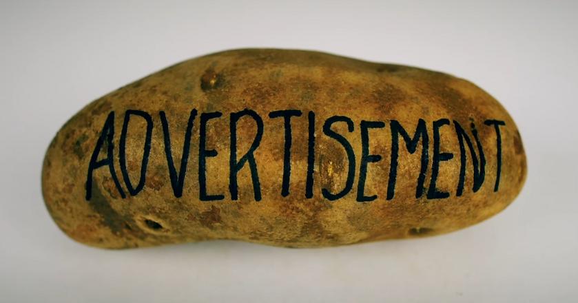Zrzut ekranu z reklamy Cards Against Humanity wyświetlanej podczas Super Bowl