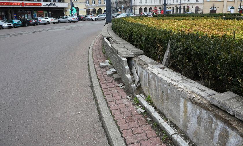 Plac Wolności w Łodzi w ruinie. Murek odgradzający od jezdni wyspę z pomnikiem Tadeusza Kościuszki runął. Co na to ZDiT w Łodzi?