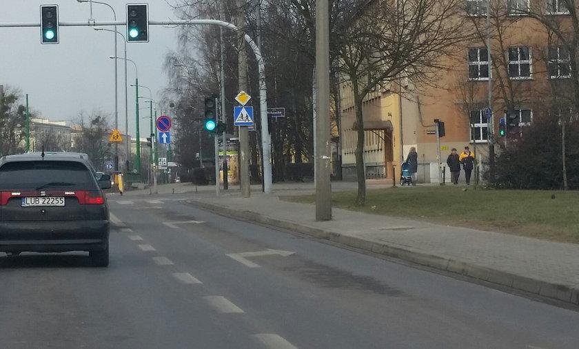 Słup na środku chodnika