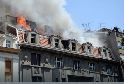 Požar na vrhu zgrade u Kosovskoj ulici