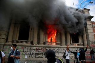 Gwatemala: Protestujący podpalili parlament