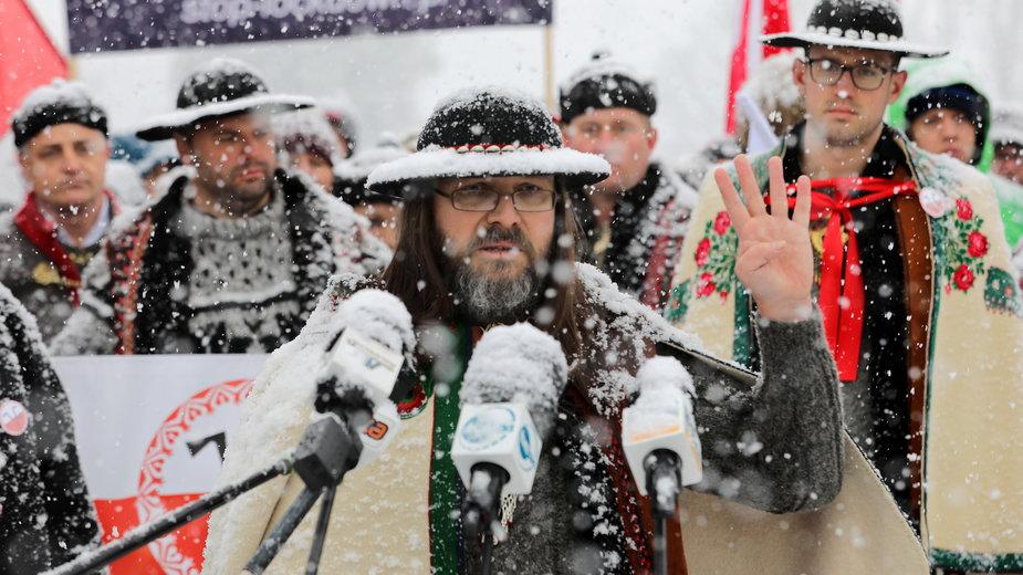 Sebastian Pitoń, lider inicjatywy Góralskie Veto w towarzystwie innych przedsiębiorców protestujących przeciw obostrzeniom