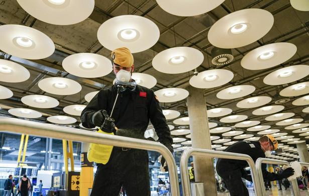 Dezynfekcja lotniska Barajas w Madrycie, Hiszpania