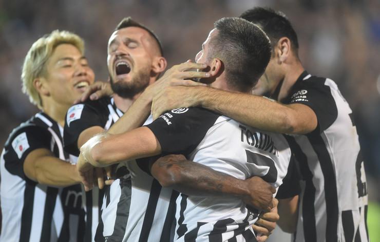 Fudbaleri Partizana slavili su sa 2:0 na večitom derbiju, a sa tribina su ih bodrile kolege iz košarkaškog kluba, predvođene Andreom Trinkijerijem