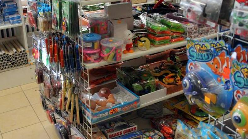 87b21114854a64 W sklepie z zabawkami sprzedają