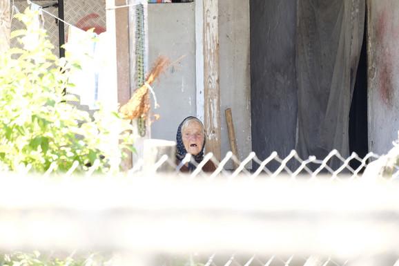 Ubicina baba u dvorištu njihove kuće jauče zbog unuka