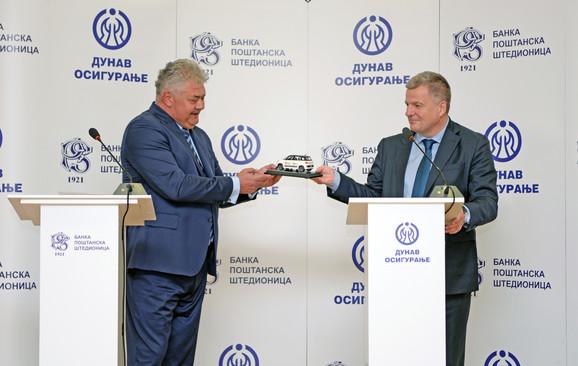 Razmena poklona predsednika IO Dunava i Poštanske štedionice