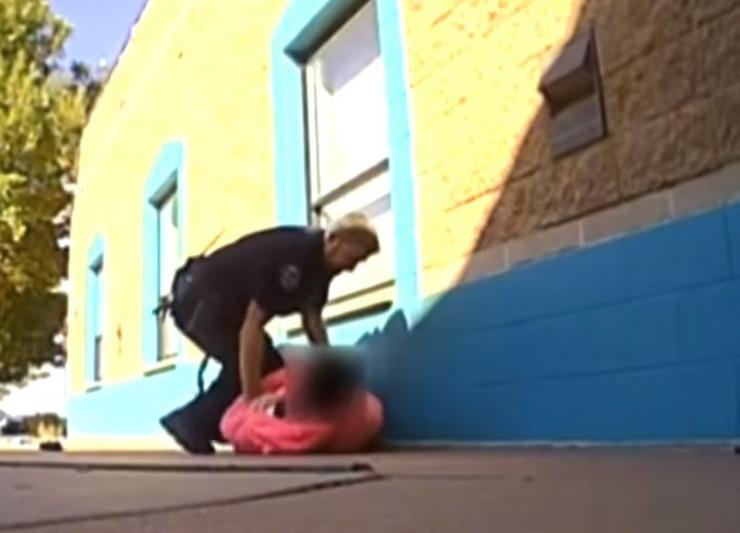 Policajac tuče devojčicu