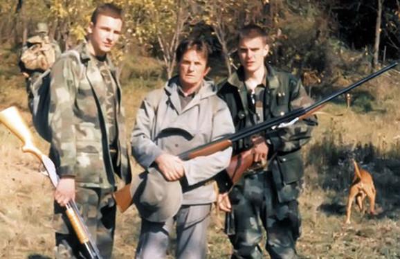 Vuk Kostić sa bratom i pokojnim ocem Mihajlom, takođe poznatim srpskim glumcem, u lovu