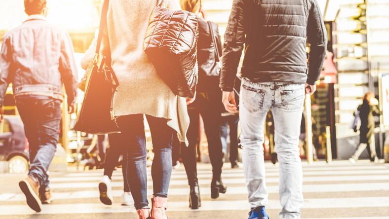 Ludzie w centrum miasta