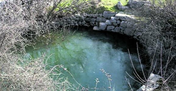 Meštani Bogoševa primetili 19. oktobra da je voda u bunaru promenila boju i miris