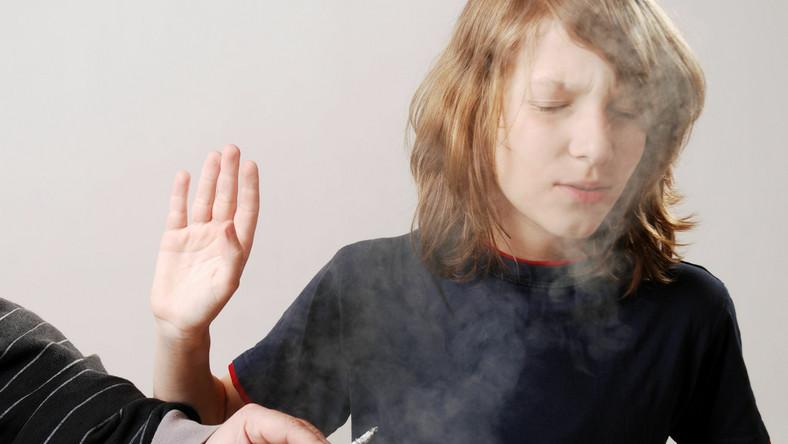 Bierne palenie papierosów