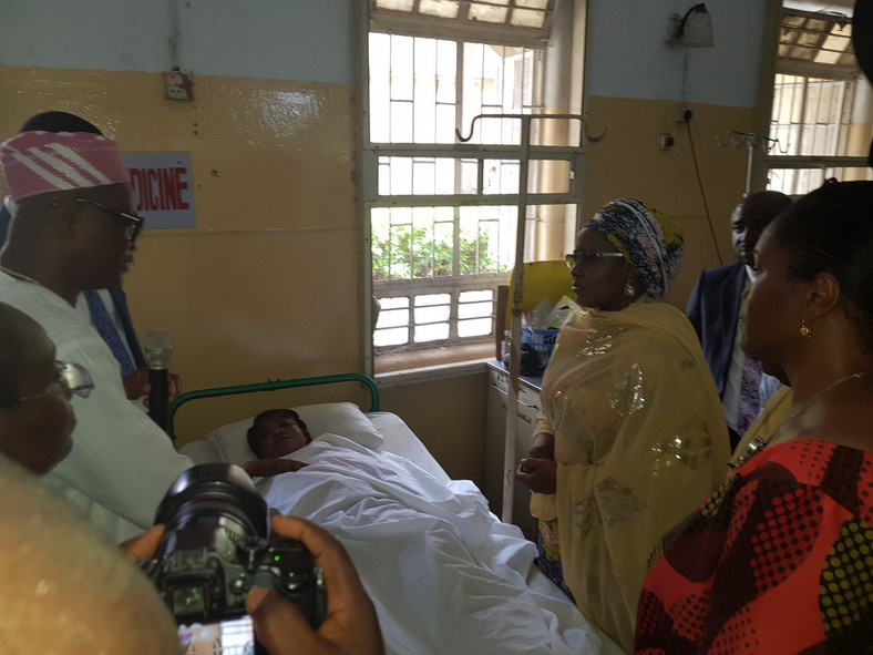 Aisha Buhari visits victims of Lagos building collapse (Twitter/@BryteDude)