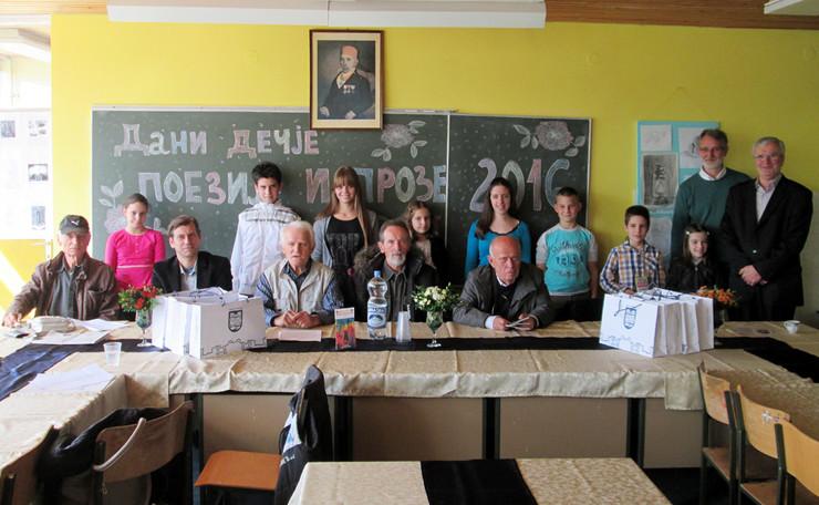 Loznica01 dani decje poezije i proze nagradjenu ucenici sa loznickim pesnicima foto s.pajic