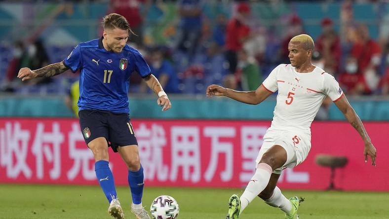 Ciro Immobile (L) i Manuel Akancji (P) w trakcie meczu Włochów ze Szwajcarami
