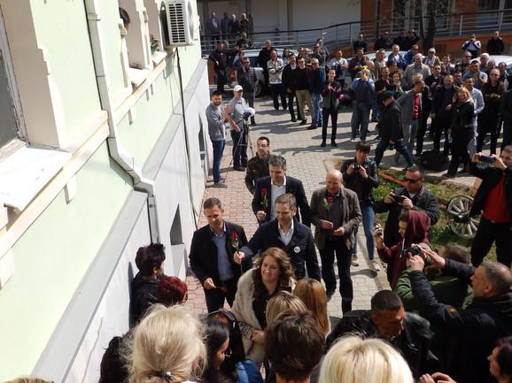 Opozicija delila ruže okupljenim ženama koje su podržale Jutku