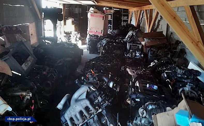 Policjanci zabezpieczyli części samochodowe, w tym m.in. ponad 170 silników pojazdów różnych marek
