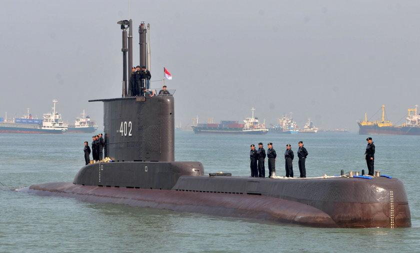 Dramatyczna walka o życie 53 marynarzy. Ich okręt podwodny zaginął w głębinie. Na ile starczy im tlenu? Czy dali sygnał, że żyją?
