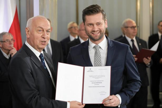 Poprawki do noweli ustaw sądowych dużo zmieniają; jesteśmy usatysfakcjonowani - powiedział w piątek rzecznik prasowy Porozumienia, poseł PiS Kamil Bortniczuk. Zapowiedział, że jego ugrupowanie poprze ustawę w kształcie zaproponowanym przez komisję sprawiedliwości.