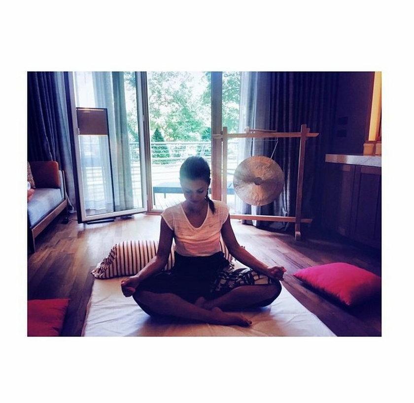 Ania Lewandowska praktykuję w domu jogę