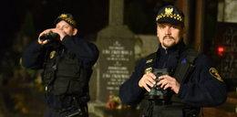 Strażnicy miejscy pilnują grobów
