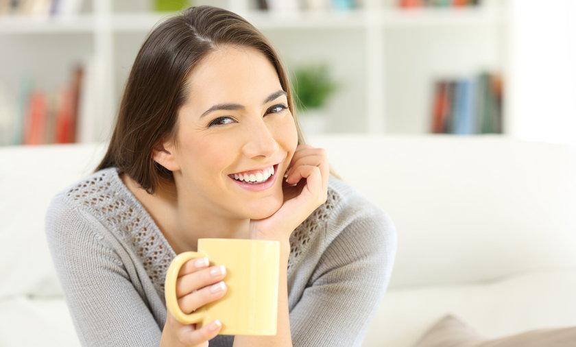Ulgę przy bólu gardła mogą przynieść ziołowe płukanki i domowe mikstury