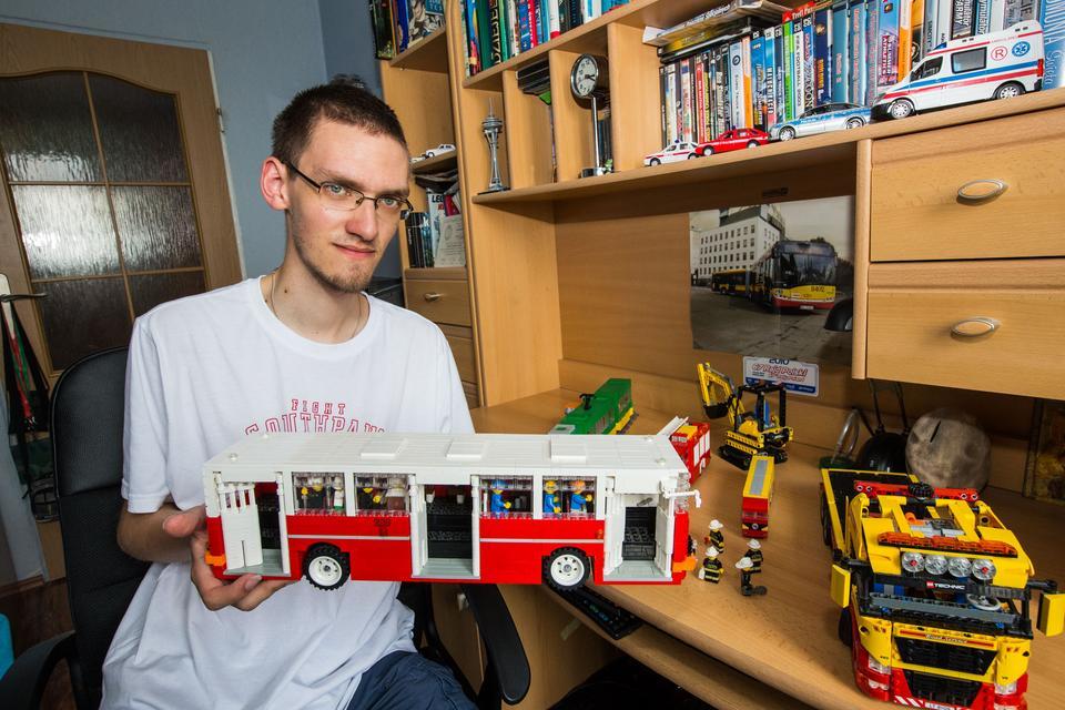 Mateusz Wawrowski buduje różne konstrukcje z klocków lego