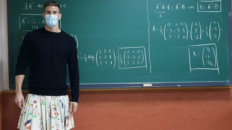 Nauczyciele przychodzą na lekcja w spódnicach, aby wesprzeć ucznia