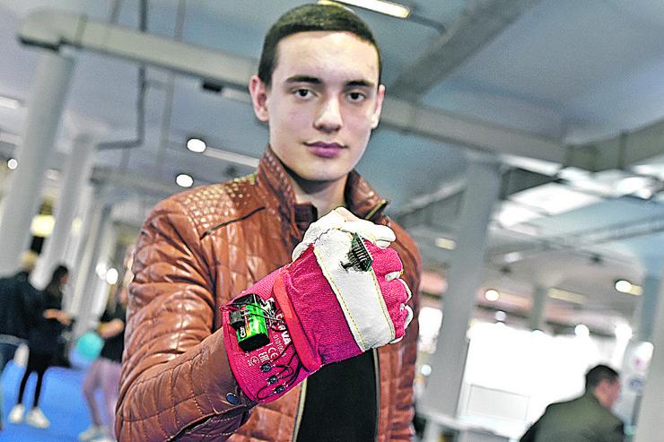 Nikola sa svojim izumom: Specijalnom rukavicom za slepe osobe