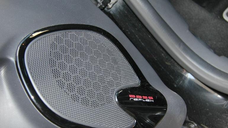 Przednie głośniki w Clio wyposażono w plastikową komorę z portem bass refleks.