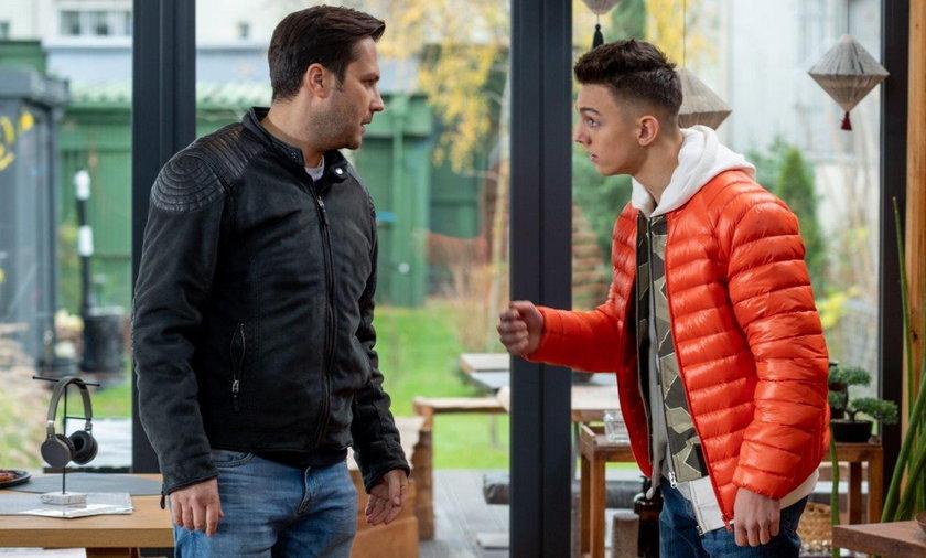 Damian odbywa z synem męską rozmowę.